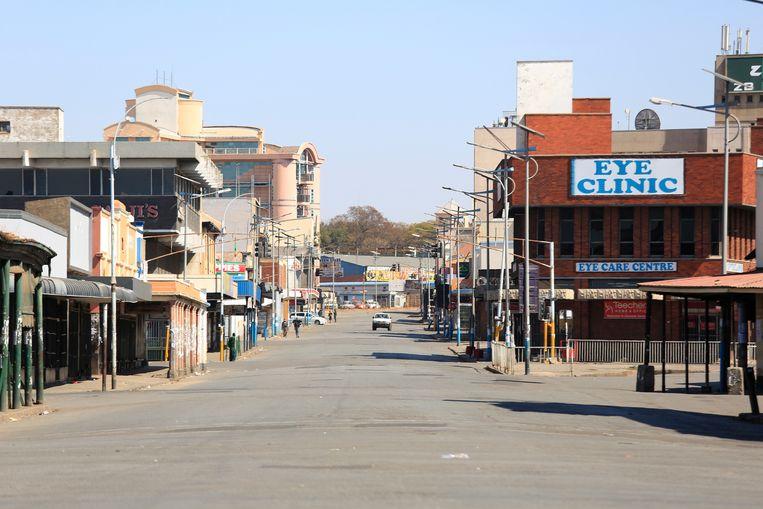De straten van Harare liggen er vrijdag verlaten bij. Leger en politie hebben  de grote demonstratie tegen het regime van president Emmerson Mnangagwa onmogelijk gemaakt.  Beeld EPA/AARON UFUMELI