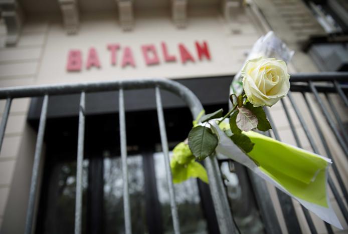 De politie heeft twee aanhoudingen verricht in Amsterdam voor betrokkenheid bij de aanslagen in 2015 in Parijs. Die waren onder meer bij het Stade de France en de concertzaal Bataclan.