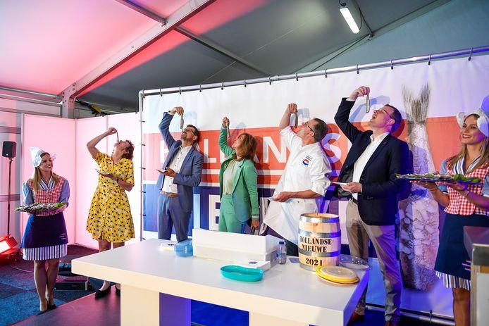 Bij de vaccinatielocatie Haaglanden luidde het Nederlands Visbureau de start van het nieuwe haringseizoen in.