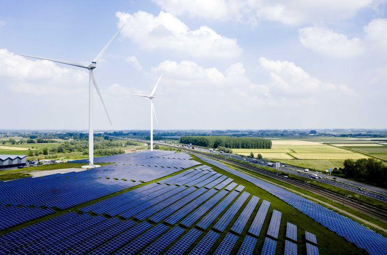 Zonnepark Avri langs de A15. Het park is met 34 duizend zonnepanelen het grootste van Gelderland. Beeld ANP
