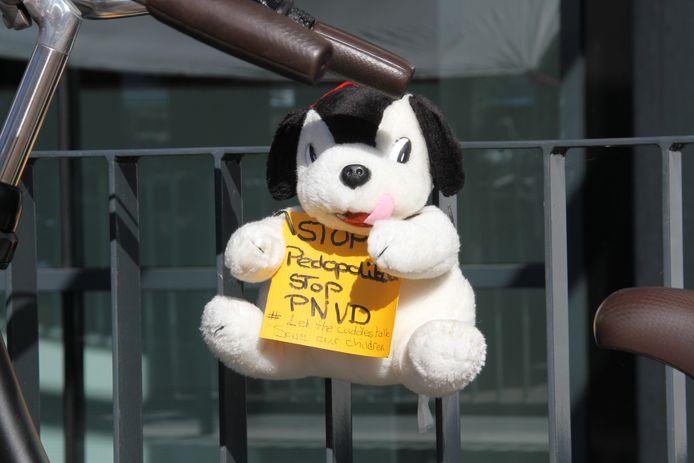 Onbekenden hebben maandagochtend knuffels opgehangen om te protesteren tegen de heroprichting van de PNVD.