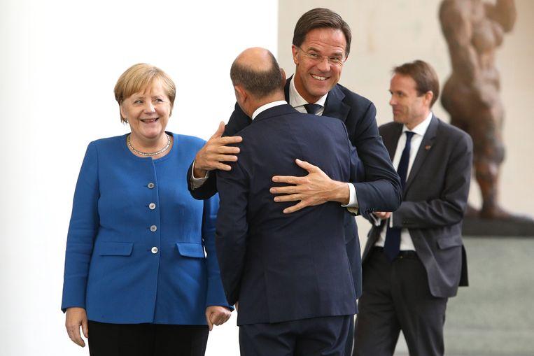 Angela Merkel, Mark Rutte en (op de rug gezien) Olaf Scholz, inmiddels kandidaat-bondskanselier. Beeld Hollandse Hoogte / EPA