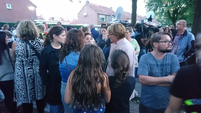 Burgemeester Wobine Buijs (midden met bril) in gesprek met inwoners.