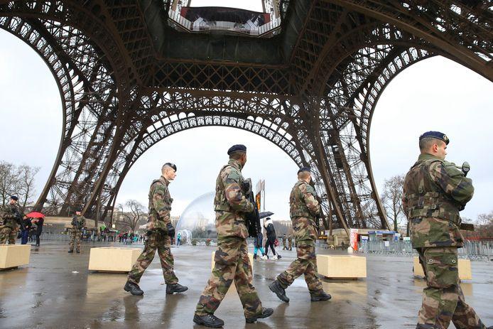 Militaires en surveillance près de la tour Eiffel