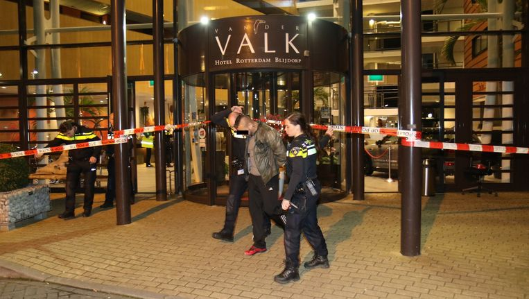 Eén van de vechtersbazen wordt weggevoerd uit het Van der Valk Hotel bij Rotterdam Blijdorp Beeld MediaTV.nl