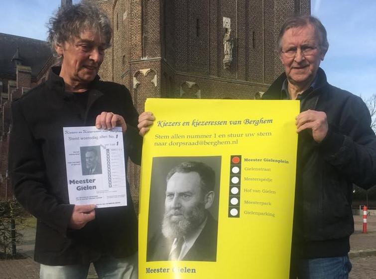 Riny Boeijen (links) en Leo Hoeks tonen de oude en de nieuwe poster.