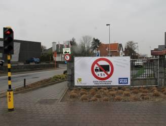 Banners aan invalswegen moeten zwaar verkeer in Lendeleedse dorpskern vermijden