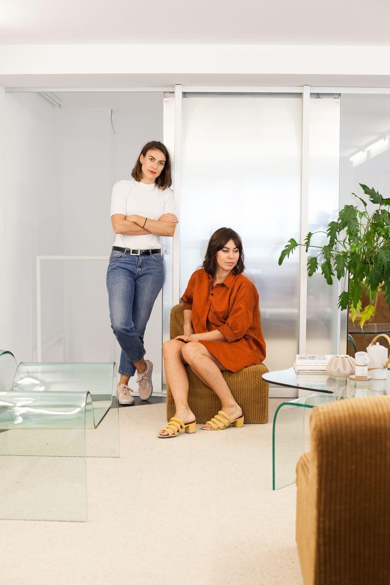 In de vergaderruimte kozen An en Katrien voor minder evidente designstukken, zoals de glazen Ghost Chair van Cini Boeri. Beeld null