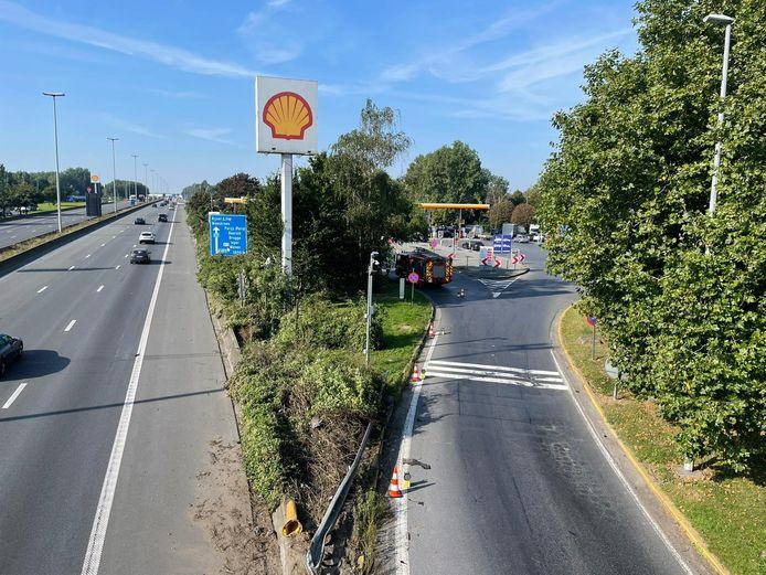 De wagen knalde op de scheiding tussen de snelweg en de parking van tankstation Shell in Marke.