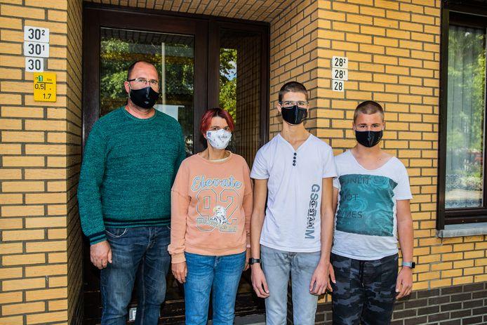 Cindy Branders en haar man Peter  willen hun zonen Steven en Brent liever thuis houden. Cindy is een risicopatiënte en is bang dat de kinderen besmet raken op school en vervolgens haar aansteken.