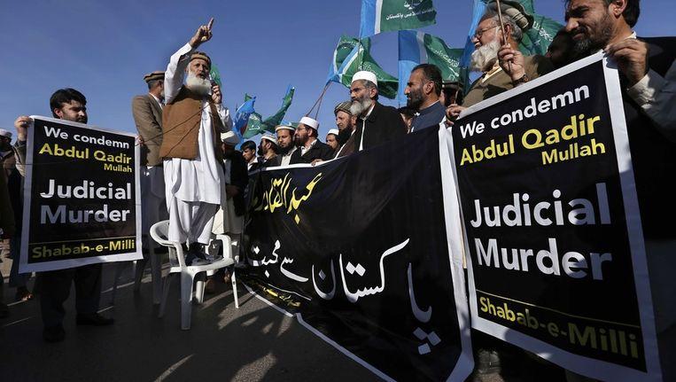 Het geweldadig protest brak uit na de executie van de topman van de grootste islamitische partij, Abdul Kader Mollah. Beeld EPA