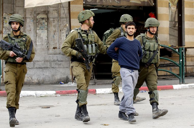 In Hebron wordt een Palestijnse betoger opgepakt bij een betoging tegen de beslissing van Trump om de hoofdstad van Israël over te brengen van Tel Aviv naar Jeruzalem.  Beeld EPA