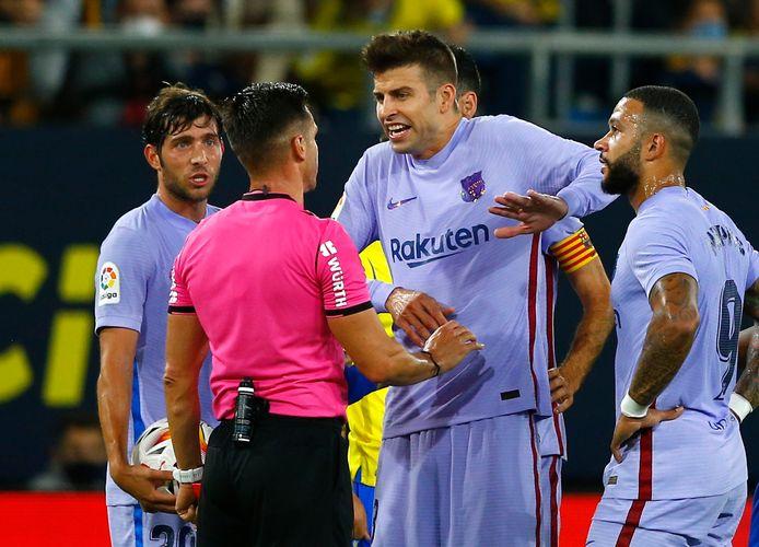 Gerard Piqué in discussie met Carlos del Cerro Grande, die gisteravond rode kaarten gaf aan Frenkie de Jong en Ronald Koeman.