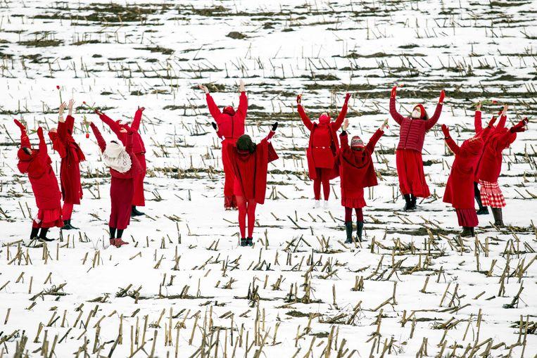 Op het veld ligt nog sneeuw, maar toch verwelkomen deze Wit-Russische vrouwen de meteorologische lente die gisteren is begonnen. Hun lentedans, nabij de plaats Maloje Zapruddzie, is een protest tegen de uitslag van de verkiezingen van vorig jaar en de zege daarin van president Loekasjenko. Beeld AFP