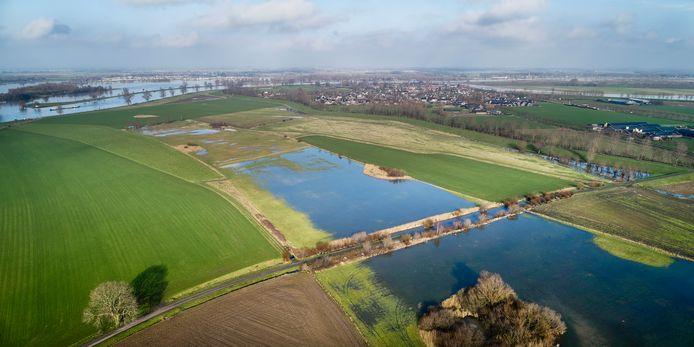 De Maas (linksboven) neemt bij hoogwater al een deel van de Waarden tussen Megen (boven) en Macharen terug en sluit en passant de Hoogduinsestraat af. De oude rivierbedding staat straks weer permanent vol water.