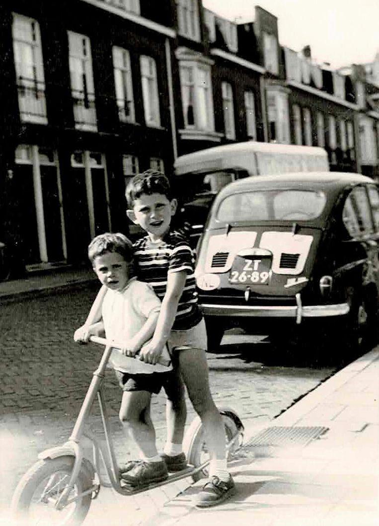Jochem Hartz (voorop) en zijn broer Niko op de step Beeld