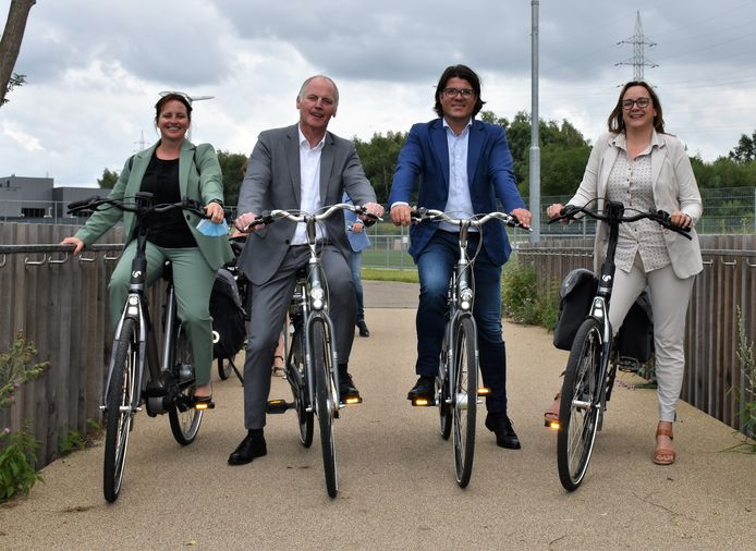 Het nieuwe fietspad zorgt voor een veilige verplaatsing. Vlnr schepen Jolein Martens, burgemeester Marino Keulen, gedeputeerde Igor Philtjens en schepen Sofie Martens.