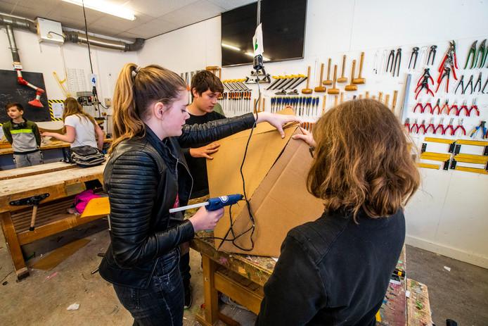 Leerlingen van het Antoon Schellenscollege Eindhoven maken een stoel van karton tijdens de Architectuurdag.