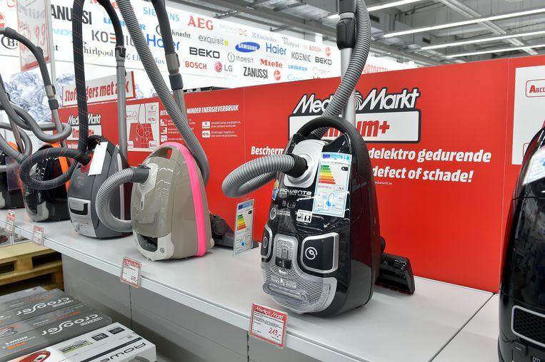 Stofzuigers in MediaMarkt. Elk toestel heeft een label hangen waaruit blijkt hoe energiezuinig het toestel is.