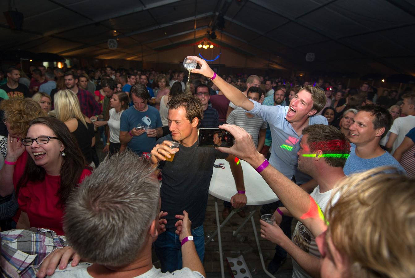 Lol en jolijt in de feesttent in Angeren tijdens de kermis enkele jaren geleden.
