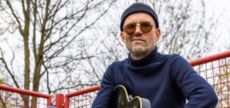 Tonny de Rouw vindt zijn inspiratie nu rondom huis: Zelfs in een putdeksel zit een liedje