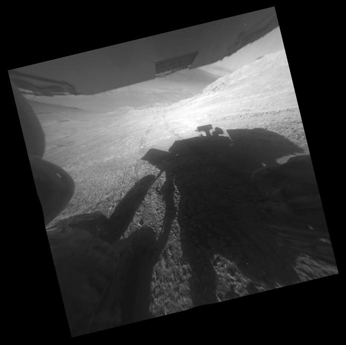 Een foto van 22 maart 2016: de schaduw van de Opportunity op Mars. Ook zijn de wielsporen van de marslander te zien.