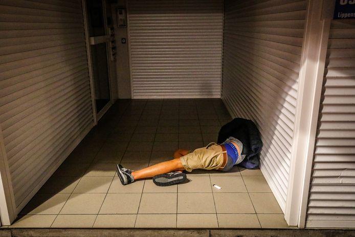 Een overmacht aan agenten is woensdagavond in Knokke aanwezig om vooral uit Nederland afkomstige jongeren na het sluitingsuur weg te krijgen uit het uitgaanscentrum. Deze jongen is in een portiek in slaap gevallen.