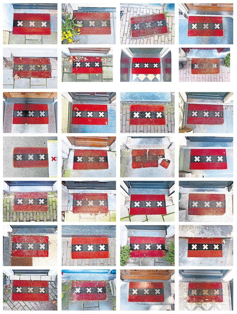 Voor veel Amsterdamse huizen ligt een deurmat met andreaskruisen. Deze feestdagen zullen de matten een stuk minder voeten verwelkomen dan in voorgaande jaren. Nog beter dan voeten vegen:bij binnenkomst de handen ontsmetten. Beeld Arnold Weel