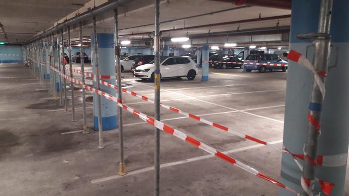 De parkeergarage voor ontruiming. Uit voorzorg zijn betonnen draagbalken gestut.