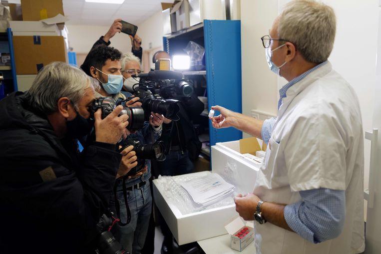 Het Moderna-vaccin wordt gepresenteerd in een ziekenhuis in Nice. Beeld AFP