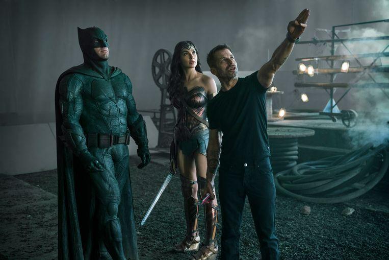 Ben Affleck (Batman), Gal Gadot (Wonder Woman) en regisseur Zack Snyder op de set van Justice League.  Beeld