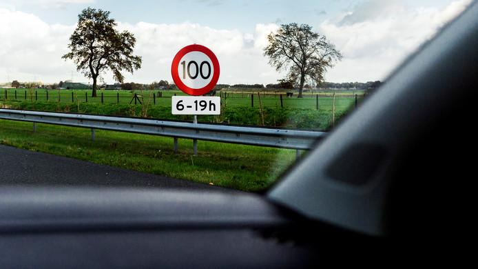 Staat zo'n bord straks langs de A50, A28 en A1 op de Veluwe? Het zou kunnen, maar Rijkswaterstaat weet nog niet zeker hoe ze de maximumsnelheid op de Veluwe duidelijk zal maken aan de weggebruikers.