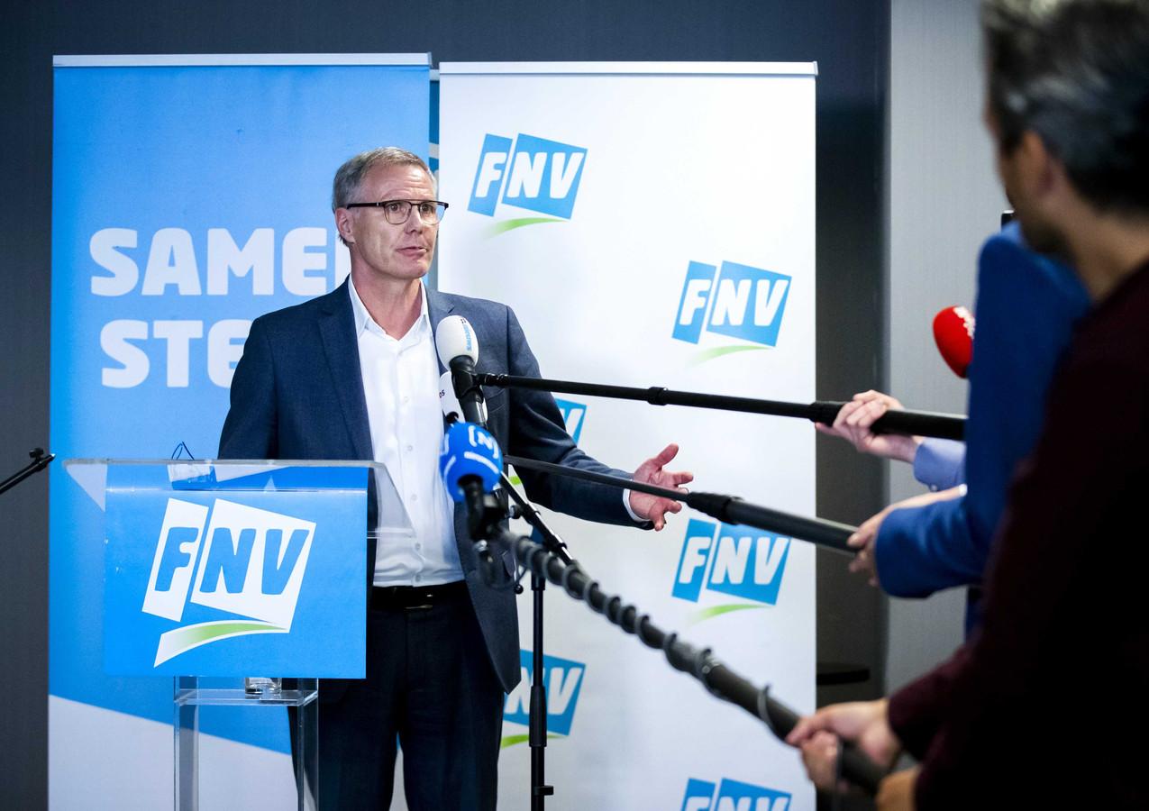 FNV-voorzitter Han Busker praat de pers bij na een vergadering van het FNV-ledenparlement. De leden stemden tijdens de bijeenkomst voor het nieuwe pensioenstelsel.