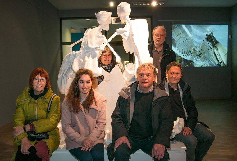 Kunstenaar Frans Heirbaut (centraal) en zijn originele beeldhouwwerk in gips, samen met de ergotherapeuten van Sint-Lucia en de filmmakers.