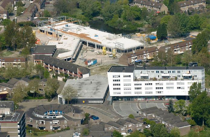 De Goese Polder, hier nog met de nieuwe brede school in aanbouw, bestaat volgend jaar vijftig jaar.