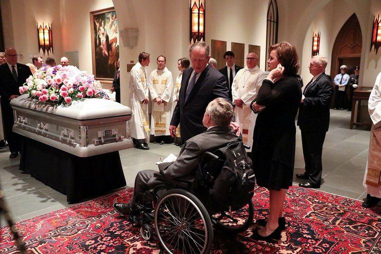 Bush met zijn zoon George W. net voor de begrafenis zaterdag. Beeld REUTERS