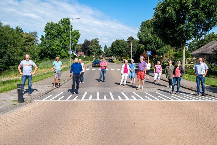 Bewoners van de Kievitstraat in Ommen verzetten zich tegen een fietsroute door hun straat, die de fietstunnel onder de N48 door die momenteel wordt aangelegd moet verbinden met het centrum van Ommen. Links woordvoerder Patrick Oldeman.