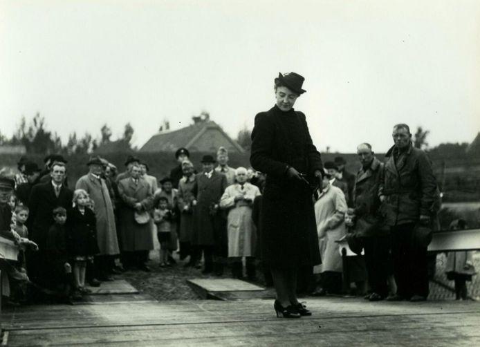 Opening van de nieuw gekochte pont van Ravenstein door Jeanne Hoefnagel, vrouw van de burgemeester. De pont werd naar haar genoemd (oktober 1939)