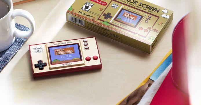 Alleen het kleurenschermpje en de usb-poort verraden dat Super Mario Bros. Game & Watch geen product uit de jaren 80 is.