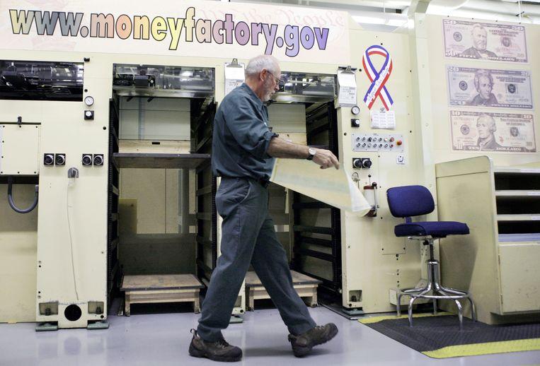 De geldpers op het ministerie van Financiën in Washington staat niet stil. Beeld REUTERS