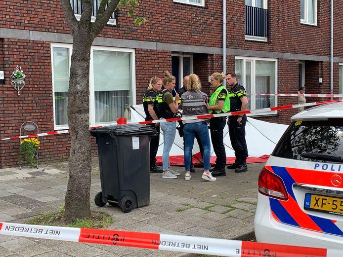 Politie bij de woning aan de Marco Polostraat na een dodelijke steekpartij.