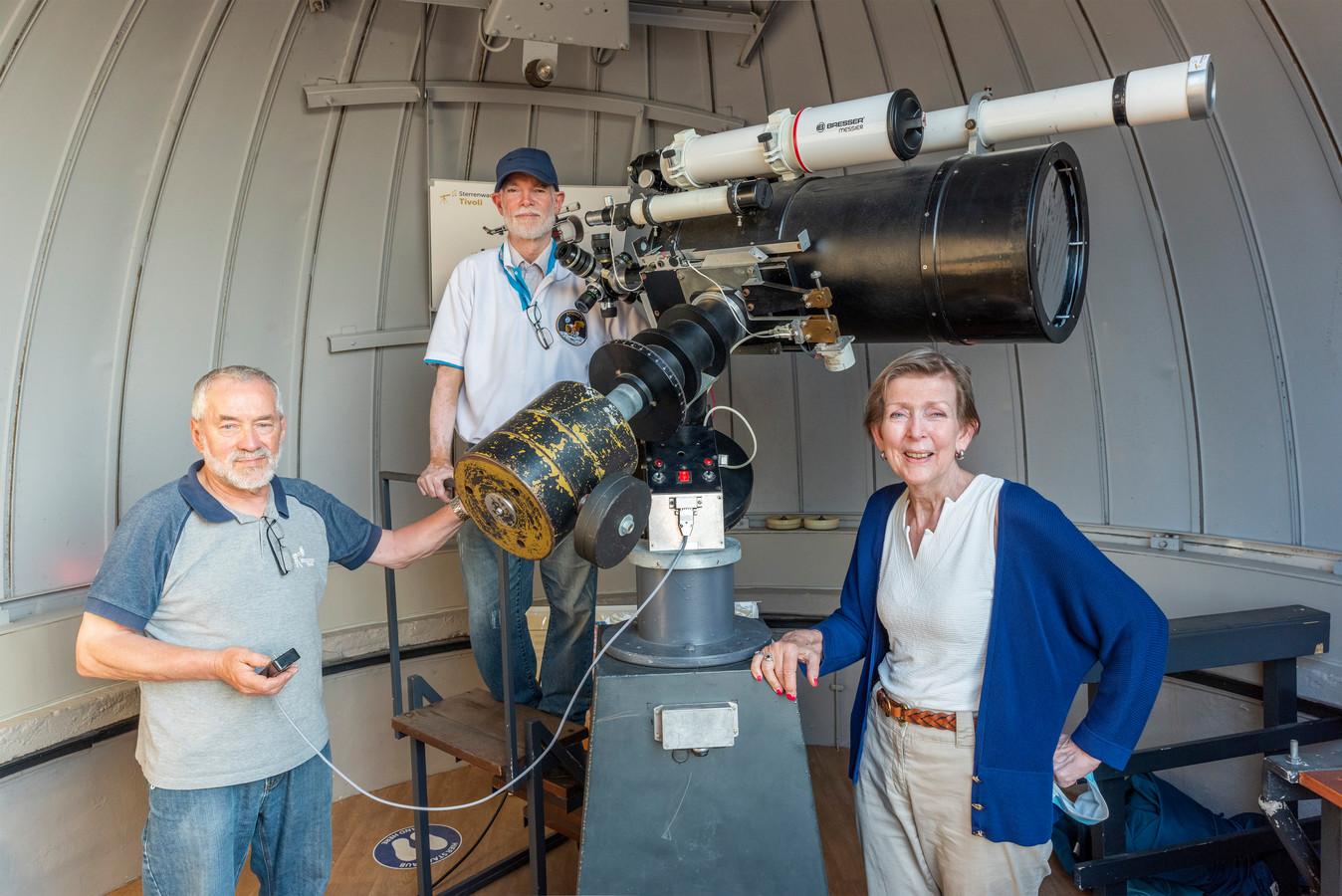 Hans Pepers (links) en Carlo Jenniskens (midden)  en Marianne Hertogs bij de telescoop van Sterrenwacht Tivoli