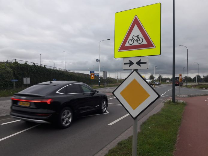 Bij de fietsersoversteek op de Biesbosweg in Waalwijk staan al diverse waarschuwingsborden. Toch blijkt de situatie nog niet veilig genoeg.