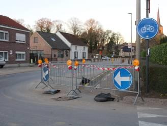 Tijdelijke herstelling voor wegverzakking langs Schepdaalstraat
