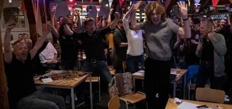 Uitzinnige fans zien in Thiemeloods in Nijmegen Duncan Laurence Songfestival winnen