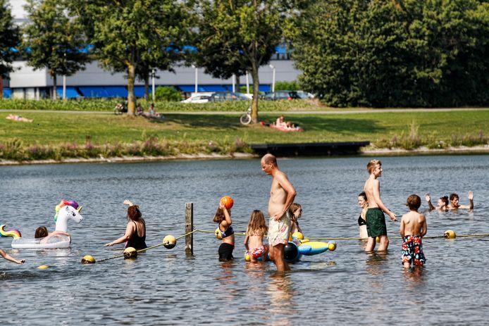 Zwempubliek bij de plas in Strijkviertel.