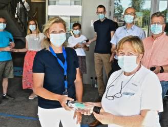 Vrijwilligers vaccinatiecentra krijgen drinkfles met opschrift 'Je bent een held'