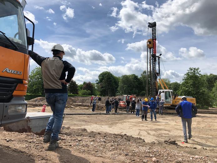 De bouw van het Generaal Maczek Memorial aan de Ettensebaan in Breda is officieel afgetrapt. Wethouder Marianne de Bie en gedeputeerde Henri Swinkels boren de eerste paal in de grond.