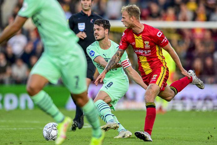 Marco van Ginkel en zijn teamgenoten hadden hun handen vol aan Go Ahead Eagles.