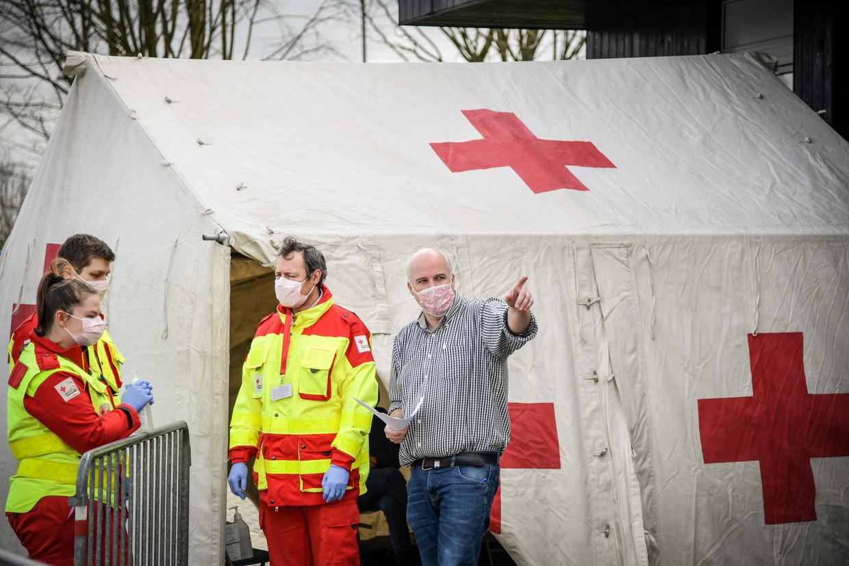 In Dendermonde staat een extra tent op, specifiek om coronapatiënten op te vangen. Beeld Geert De Rycke